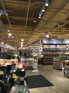 「Whole Foods Market」というスーパーに寄って